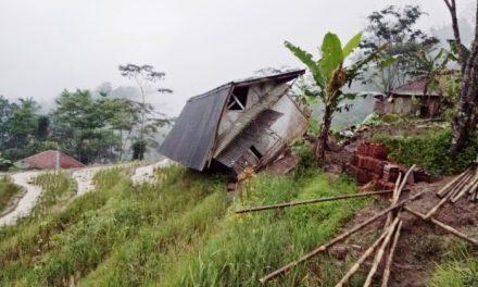 Akibat Longsor, Jalan Penghubung Desa Purwaharja Menuju Kec. Taraju via Cijalu Lumpuh Total