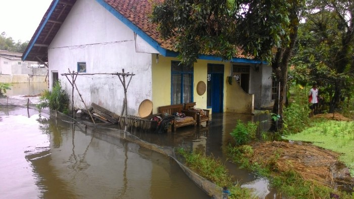 Desa Cipakat Diserang Banjir, Warga Sibuk Nangkap Ikan