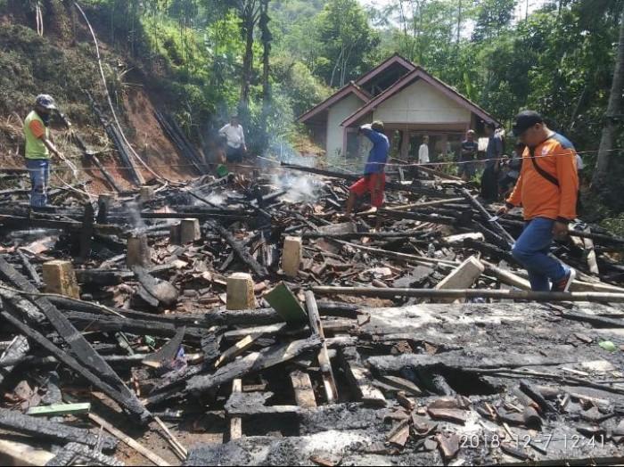 Musibah Tak Mengenal Musim, Rumah Milik Pasutri di Kec. Salawu Hangus Terbakar