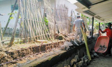 Realisasikan DD Tahap Ke 3, Pemdes Salawu Membuat Parit Sepanjang 300 Meter