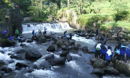 Sambut Hari Air Sedunia, LSM Gumati Ajak Masyarakat Desa Tenjowaringin Bersihkan Aliran Sungai Cikuray