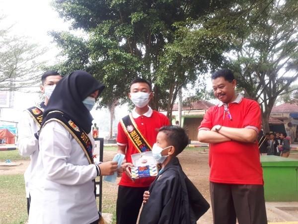 Peduli Lingkungan, Forum GenRe Bagikan Masker Gratis di Taman Syech Kukut