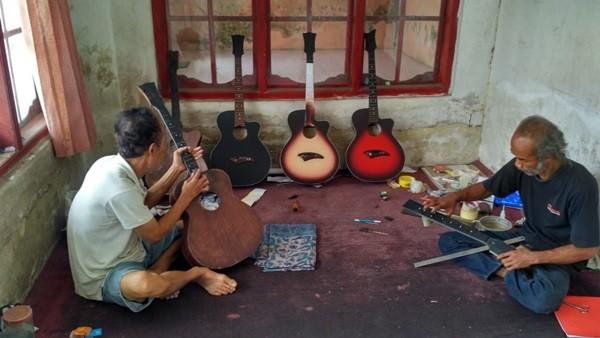 Perjuangan Wawan, Penderita Stroke yang Pandai Membuat Gitar
