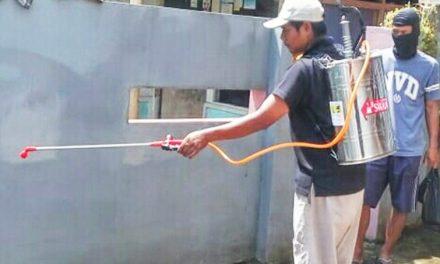 Tanpa Menunggu Bantuan Pemerintah, Warga RT 02 Rancamacan Lakukan Penyemprotan Disinfektan