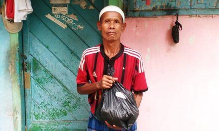 Kembali, Pasukan Kombat Bagikan Paket Sembako Kepada Jompo dan Guru Ngaji